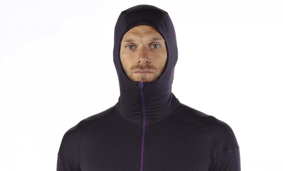 Если вы много потеете, то в качестве нижнего слоя стоит выбрать синтетику. Она справляется с влагой на вашей коже гораздо лучше, чем шерстяная ткань. Однако шерсть более теплая, и больше подходит для тех, кто проводит много времени на морозе. Мериносовая шерсть, к примеру, очень легкая, теплая и не впитывает запахи.