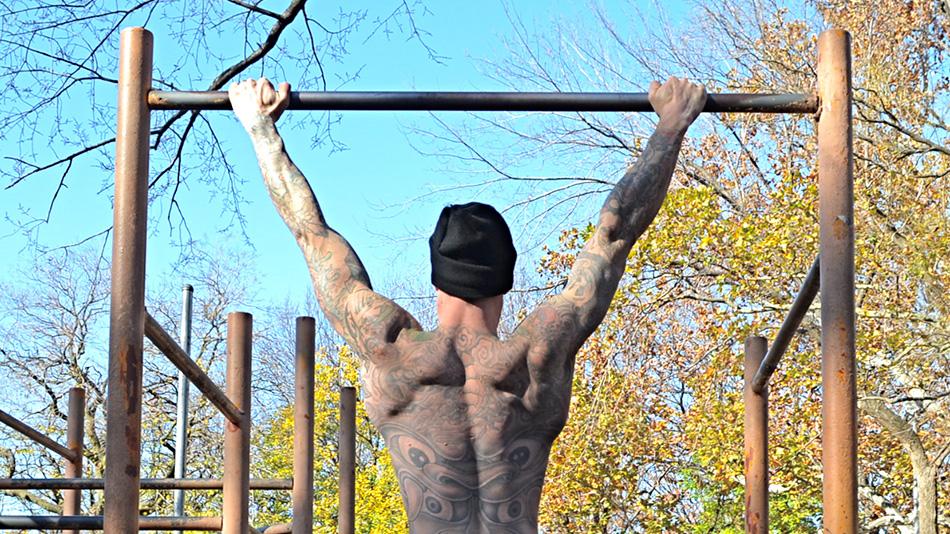 Подтягивания на турнике Не важно, плывете ли вы, забираетесь ли на скалу или по канату, вертикальная тяга — одно из базовых движений, которое мы совершаем нашими руками. Подтягивания заставляют работать всю верхнюю часть тела как единое целое, а также дают хорошую нагрузку на бицепс и трицепс.