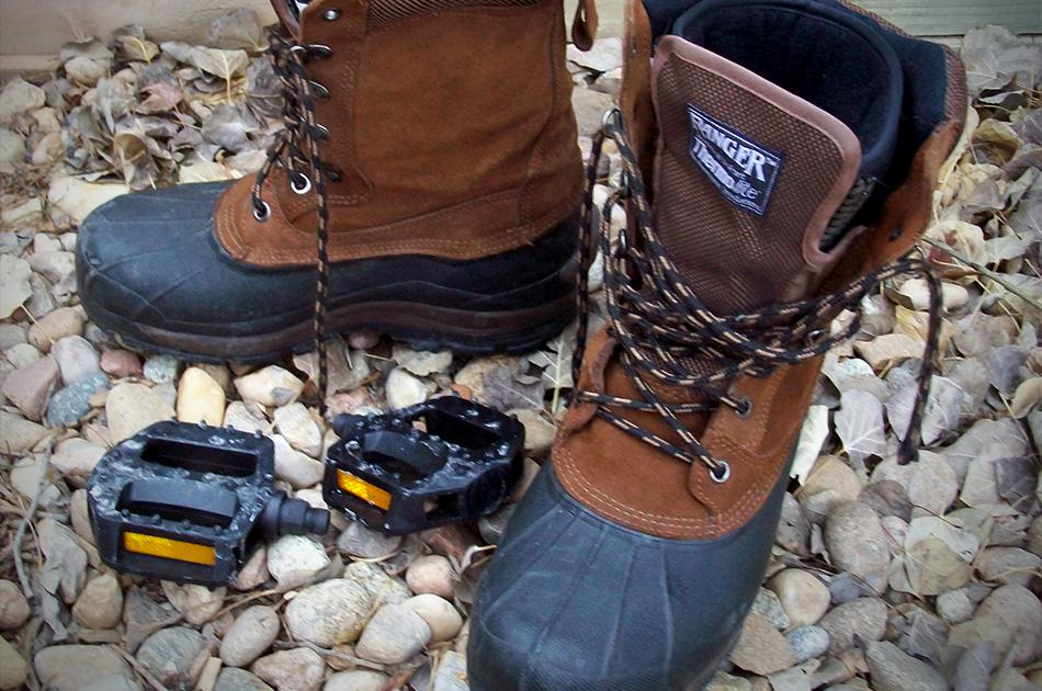 Ноги Во время зимней велоезды больше всего подвержены холоду ваши ноги. Самое главное — защитить их от ветра. Для ранней зимы подойдут кожаные ботинки с теплым носком. Кстати, лучше надеть два тонких носка, чем один толстый — в первом случае вашей ноге будет не так тесно, а чем теснее, тем хуже циркулирует кровь и тем быстрее нога замерзнет. Когда наступит настоящая зима, хорошие зимние ботинки — это, что называется, must have. Хороший вариант на зиму (но, опять же, на любителя) — это неопреновые ботинки.