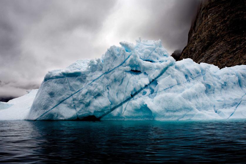 Вмороженный айсберг, Восточная Гренландия, август 2006.