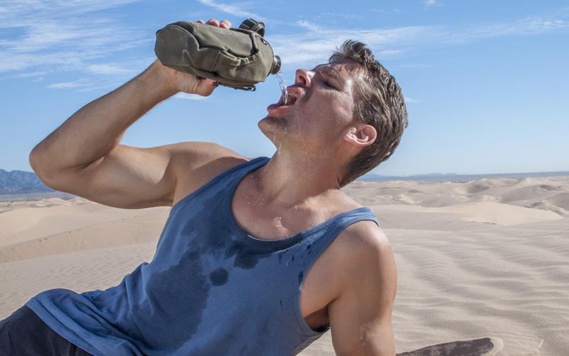 Жажда и сухость во рту Самые очевидные (ведь слюна на 99 процентов состоит из воды), однако одни из последних признаков обезвоживания организма. К тому моменту, как вы почувствуете сухость во рту, ваш организм успеет подготовиться к отказу от целого ряда функций.