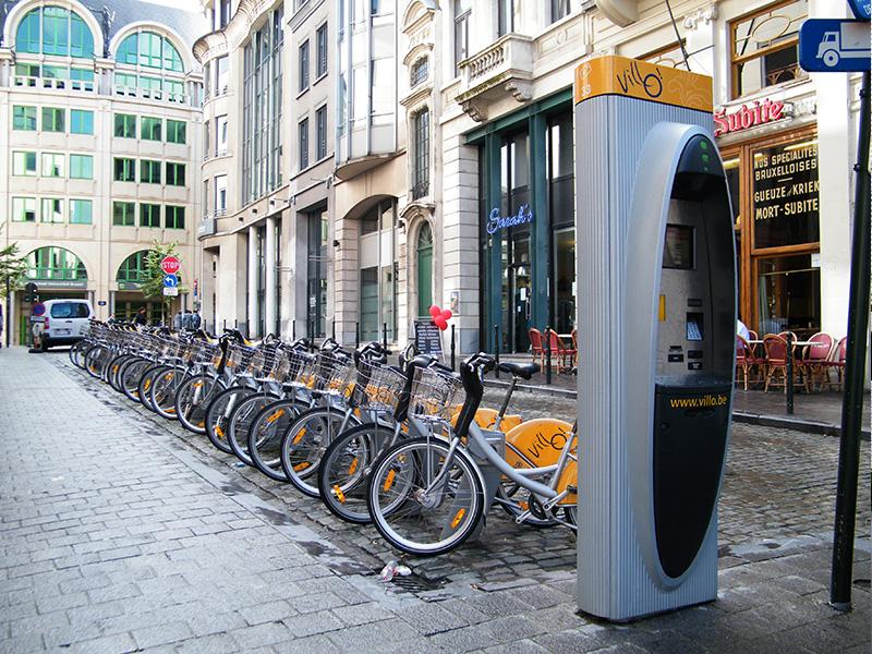 Пользуйтесь велосипедом Если вы едете в Европу, то обратите внимание на прокаты велосипедов, которые там есть почти в каждом городе. Это стоит гораздо дешевле, чем арендовать автомобиль, и порой даже дешевле, чем передвигаться на общественном транспорте, но самое главное — велосипед даст вам нужную кардионагрузку. Местная велоинфраструктура — особенно в таких городах как Копенгаген — развита очень хорошо, поэтому о безопасности можно не беспокоиться.