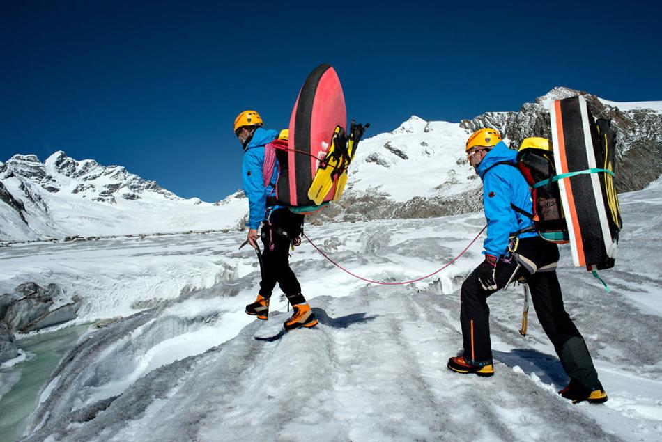 Примерно в те же годы, что и Карлсон, группе горных гидов по французским Альпам тоже пришла в голову идея сконструировать свою доску. Так появился гидроспид. Отсюда и пошло название этой экстремальной дисциплины.