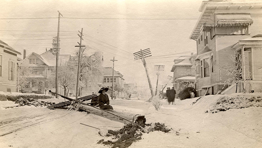 Новая Англия, США 1717 — 274 сантиметра снега В 18 столетии еще не существовало точных метеорологических подсчетов, поэтому все известные цифры о «Великом снегопаде 1717» достаточно условны. Эта буря сложилась из четырех снежных штормов, одновременно ударивших по территории Новой Англии во время и без того суровой зимы. Эпицентр стихии пришелся на Бостон. Целые дома были доверху завалены снегом и людям приходилось выходить через окна вторых этажей. В то время еще не существовало снегоуборочной техники, поэтому людям приходилось просто ждать, пока он растает. Дороги не функционировали больше недели. Фотографии того времени, как вы понимаете, едва ли существуют.