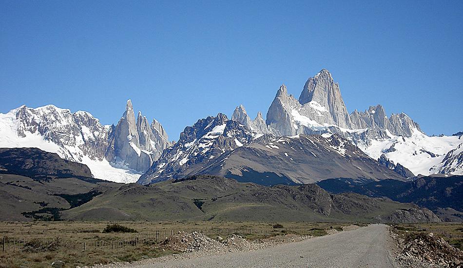 Первое прохождение через массив Фитц Рой в Патагонии В феврале скалолазам Томми Колдвеллу и Алексу Хоннолду удалось впервые преодолеть так называемый «Проход Фитц Роя», включающий в себя 3400-метровый массив Фитц Рой и шесть окружающих его горных вершин. Все путешествие заняло всего четыре дня, и это при том, что даже у опытных альпинистов на покорение всего одной из этих семи вершин обычно уходит два-три дня. Секрет столь невероятной скорости кроется в особой технике восхождения, позаимствованной из спид-клаймбинга (скалолазания на скорость).