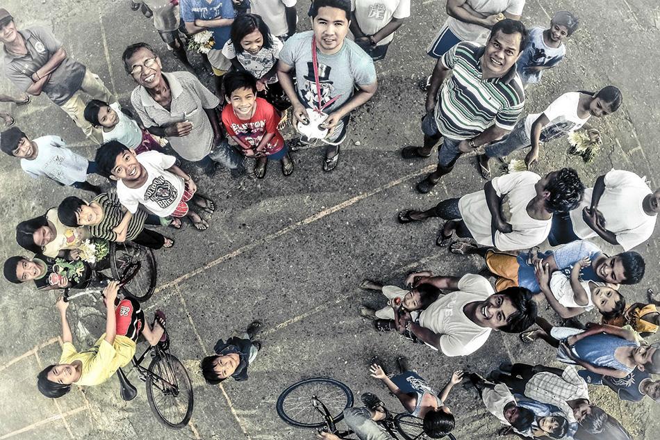 Люди смотрят на дрон в городе Сан-Хосе-дель-Монте неподалеку от столицы Филиппин Манилы.