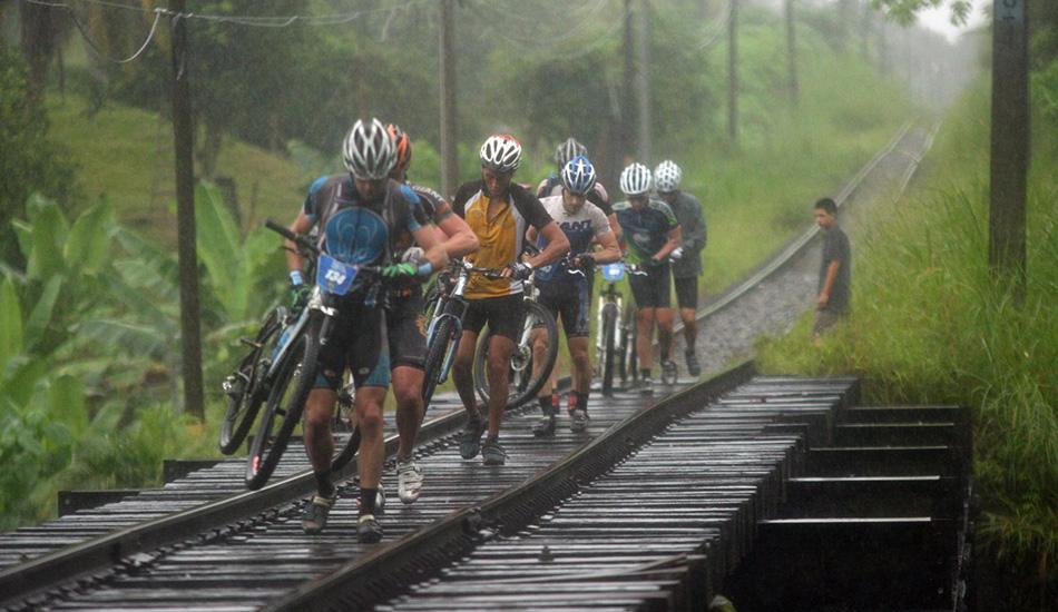 Из джунглей Коста-Рики к горным вершинам и активным вулканам пролегает трасса «Путь Конкистадоров». Велосипедисты вынуждены побывать и по колено в грязи, и в песке (с ядовитыми лягушками), преодолевая путь почти в 250 километров.