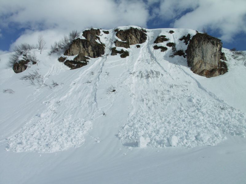 Правило №3 Большие покрытые снегом скалы, обрывы и отвесные скалы — как правило, наиболее тонкие участки снежного покрова в горах. Кататься по краю отвесной скалы никогда не будет хорошей идеей, особенно если склон предрасположен к лавинам.