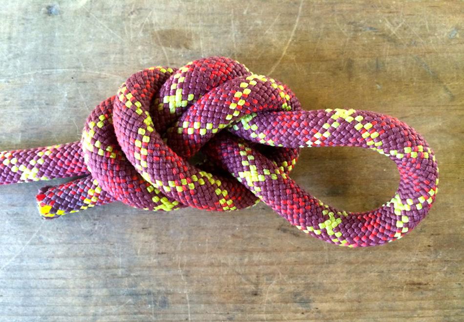 Узел типа «клеверный лист» позволяет сделать регулируемую петлю на любом отрезке веревки. Легкий в завязывании и развязывании, этот действительно прочный узел обычно используется для привязываниястоек палатки.