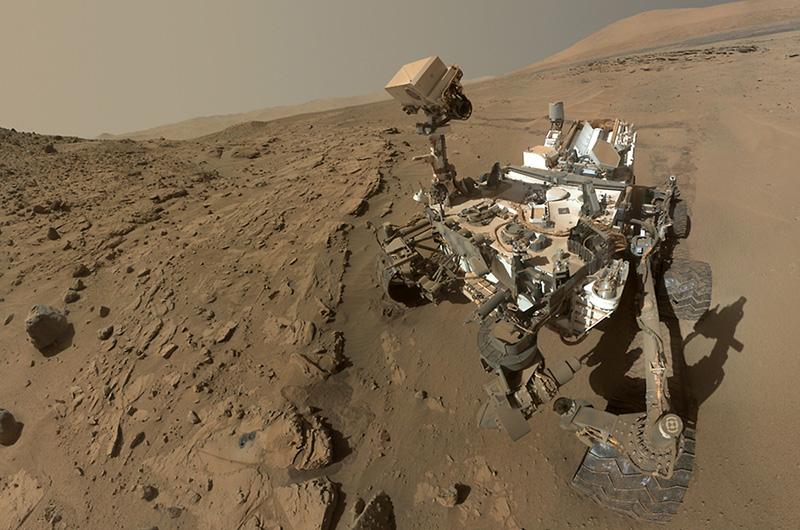Сэлфи делают не только люди, но даже и роботы. Автопортрет, сделанный марсоходом «Кьюриосити» на поверхности Красной планеты 24 июня 2012 года, не так давно выложило НАСА.