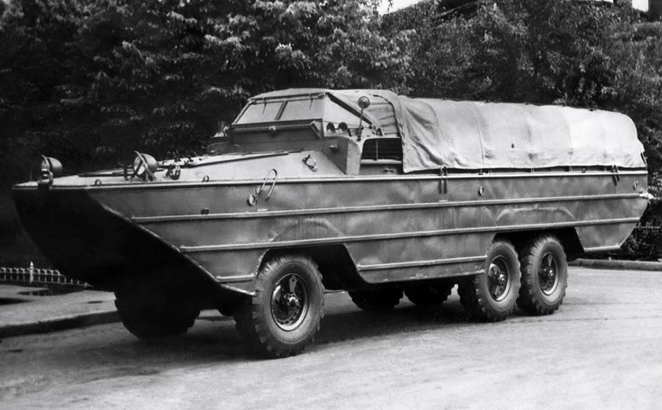 ЗИС-485 «БАВ» «БАВ», как вы, наверное, уже догадались — это Большой Автомобиль Водоплавающий. ЗИС-485 мог перевозить 25 человек или 25 тонн груза, включая даже автомобили и артиллерийские орудия, а скопирована модель была с другой американской амфибии — GMC DUKW-353. Выпущенный в 1950 году «БАВ» прожил в серийном производстве 12 лет.