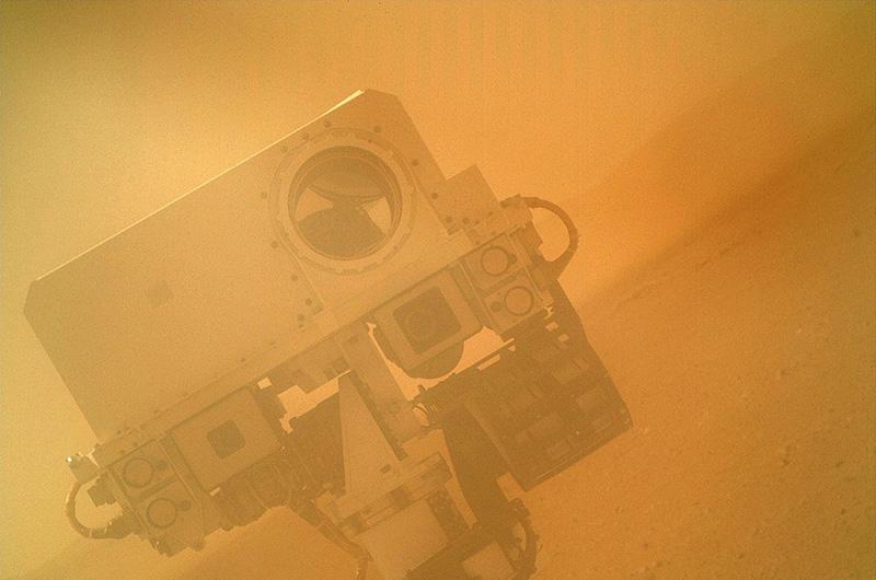 Впрочем, у «Кьюриосити» не всегда получались удачные снимки. Это его первая попытка сэлфи, сделанная во время настройки камеры в марсианских пустынях.