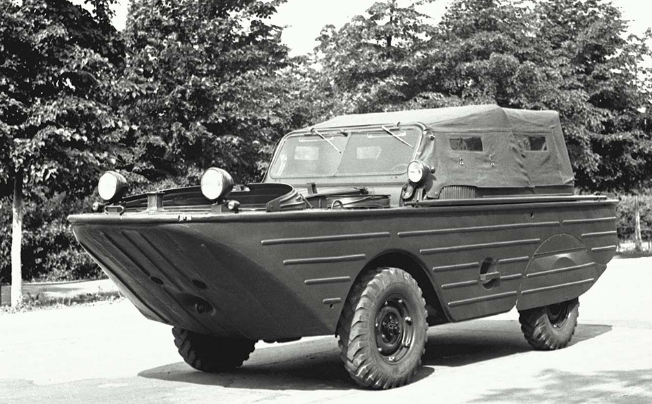 ГАЗ-46 «МАВ» «МАВ» расшифровывалось как Малый Автомобиль Водоплавающий. Эту оснащенную четырехцилиндровым двигателем от «Победы» и трансмиссией и подвеской от ГАЗ-69 машину начали выпускать в 1953 году. По воде ГАЗ-46 передвигался с помощью гребного винта. Назначение вполне стандартное: переправа десантников, инженерные работы на воде и прочие военные миссии. Модель была скопирована с американского Ford GPA и просуществовала до 1958 года.