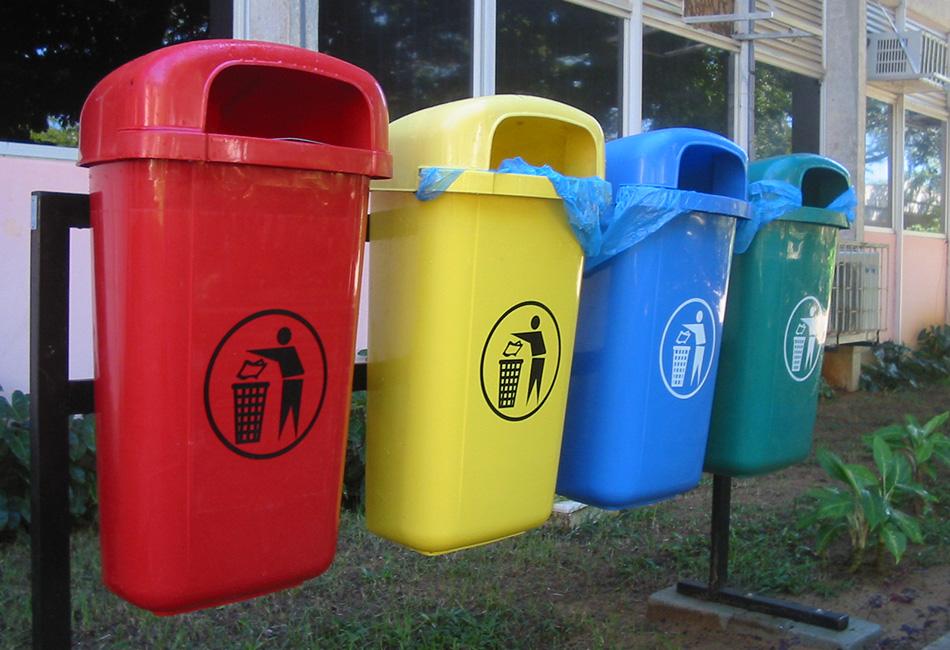 Нужно научиться разделять мусор. В первую очередь, разделите его на сухой и влажный. Картонные упаковки из-под еды, пустые бутылки и контейнеры и все остальное, что может быть использовано повторно, должно пойти в сухой мусор. Отложите упаковки и мытые контейнеры туда, где они будут в чистоте и сухости. Весь остальной сухой мусор нужно компактно сложить в ведро или коробку и отложить до тех пор, пока его содержимое вам снова не понадобится. Если там нет остатков еды, то эта часть мусора не будет вонять и привлекать мышей, крыс и прочих грызунов.