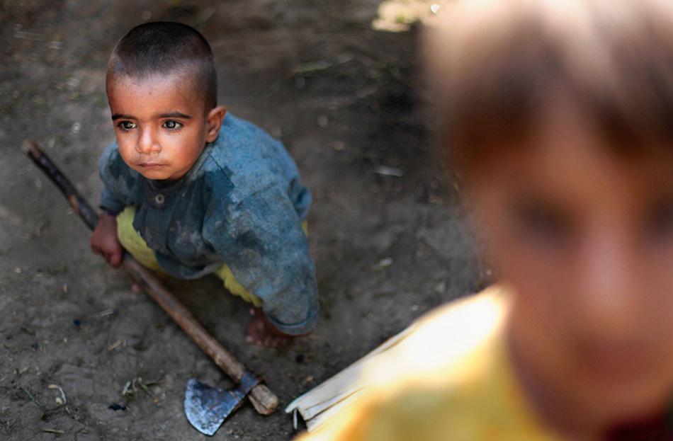 Рияз Хан играет с топориком в кочевом лагере в городке Бакпора неподалеку от Сринагара.