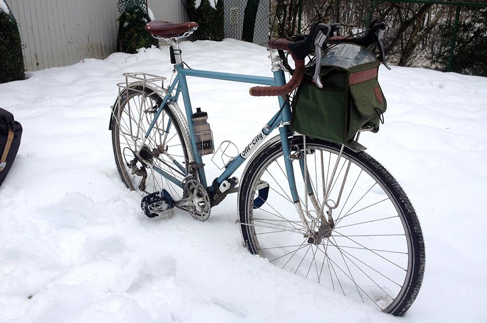 Велосипед Нужен ли вам отдельный велосипед на зиму? Если летом вы катаетесь на хорошем дорогом многоскоростном велосипеде, то зимой может возникнуть много хлопот, чтобы поддерживать его в нормальном состоянии (конечно, если вы не веломеханик). Поэтому многие предпочитают брать на зиму дешевые подержанные велосипеды. Односкоростные велосипеды требуют меньше внимания и обслуживания, да и переключатель скоростей порой может попросту замерзнуть. Зимой возрастает нагрузка на цепь и зубья, а на трансмиссию прилипает снег, грязь и реагенты, особенно когда температура в районе нуля. В плане тормозов лучше отдать предпочтение гидравлическим, так как они менее склонны к замерзанию.