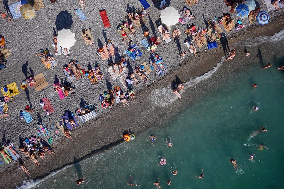 Отдыхающие на пляже Абхазии.