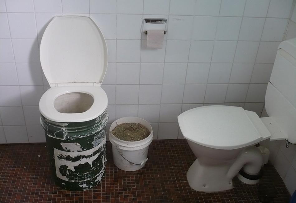 Со вторым ведром будет посложнее. Во-первых, вам понадобится поглощающий материал, которым нужно будет посыпать содержимое ведра после каждого похода, во-вторых — освежитель воздуха. Древесная зола сочетает в себе оба качества. Поглотителем может быть мох или мелко нарезанная бумага (в том числе и туалетная), а дезодорантом — отбеливатель. Также обязательно тщательно обеззараживать руки. Когда ведро наполнится, плотно закройте его крышкой, напишите на нем маркером «человеческие отходы» и вынесете его туда, где его не достанут животные и не смоет наводнением. Когда ситуация нормализуется, отвезите эти отходы на свалку, а если не нормализуется, сможете стрелять ими в мародеров с катапульты.