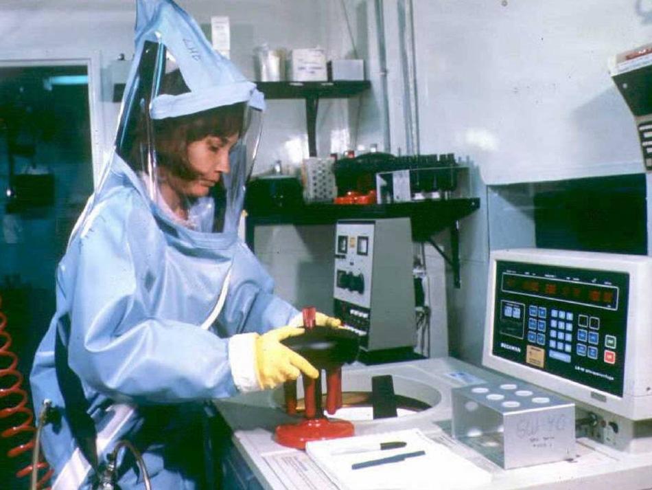 Рестон, Вирджиния В 1989 году американские ученые обнаружили новый тип Эболы — вирус Рестон (RESTV) — в ходе эпидемии геморрагической лихорадки у приматов в лаборатории Хазлтона. Люди к этому вирусу не были восприимчивы, но он тем не менее убил треть живших в лаборатории приматов.