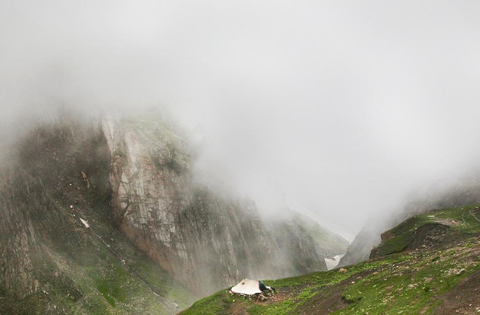 Палатка одной из кочевых семей окутана облаками в местности Гумри в 130 километрах к северо-востоку от Сринагара.