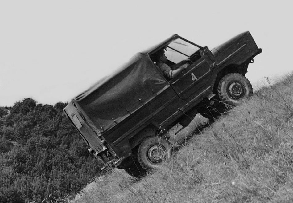 Литера«В» в названии как раз обозначала переднеприводную модификацию. Дело в том, что кстарту серийного производства модель не успели обеспечить редуктором заднего моста, именно поэтому в производство она отправилась с передним приводом. Эта история продолжалась до начала 1970-х, когда ЛуАЗ, наконец, обрел полный привод.