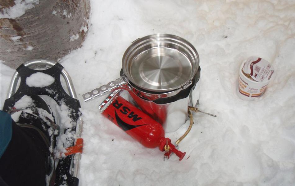 К питанию и питью подходите очень функционально. В мороз бывает довольно сложно остановиться и полноценно поесть. Поэтому заведите себе расписание. К примеру, после часа ходьбы делать 5-минутный перерыв, чтобы попить и перекусить, а после половины дневного расстояния есть горячий суп.