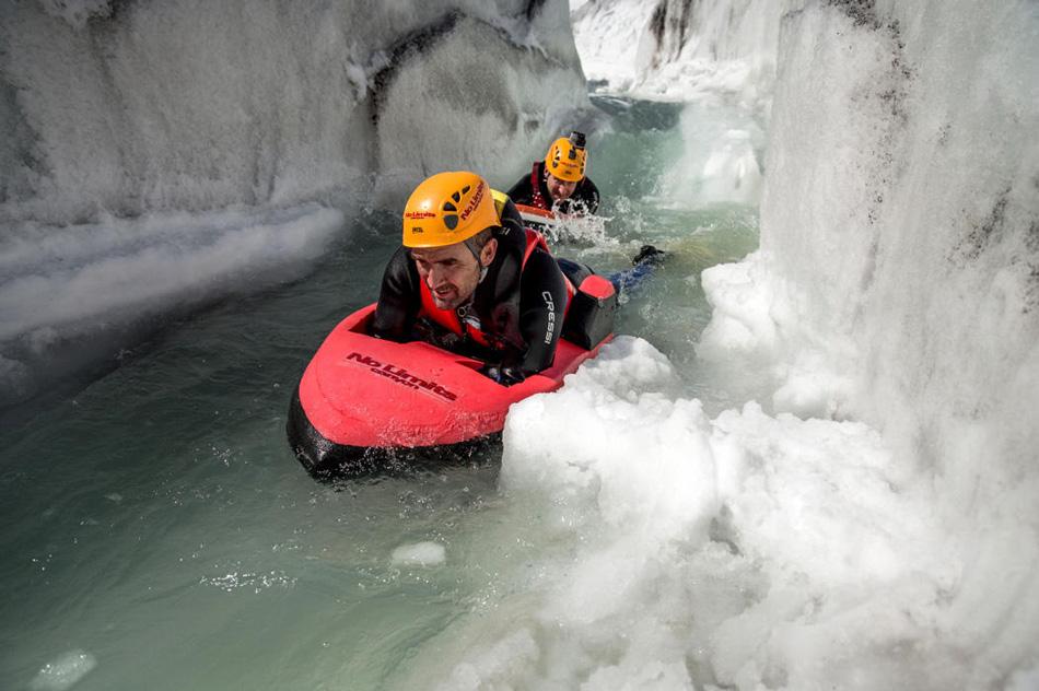 Термин «whitewater» (буквально «белая вода») означает достаточно бурный поток воды, поверхность которого становится белой от вспенивания. Как правило, это горные реки. Именно в таких условиях проходят рафтинг-сплавы, и в столь же бурных водах занимаются гидроспидингом.