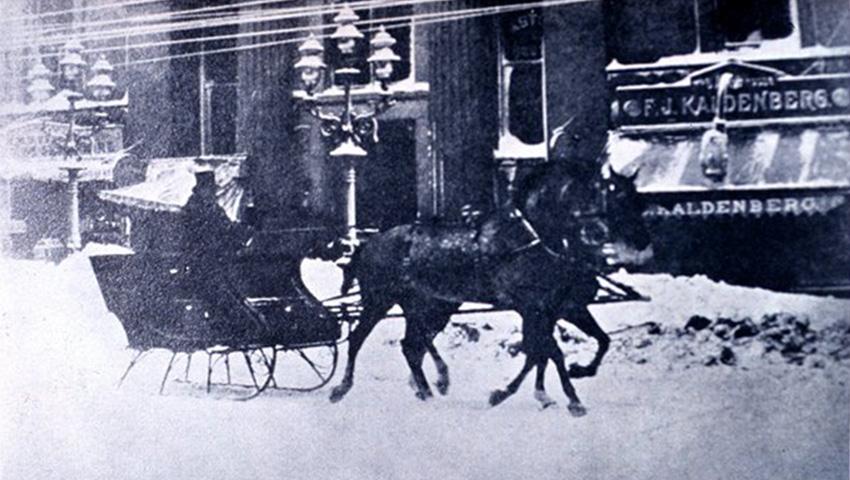 Саратога-Спрингс, США 1888 — 147 сантиметров снега «Снежная буря 1888-го» охватила весь северо-восток США, похоронив более 400 человек, включая сотню пропавших в море. Шторм был действительно жесточайшим — с огромным количеством снега, диким ветром, резким похолоданием и лютой метелью. Нью-Йорк был парализован 22-сантиметровым слоем снега, а городок Саратога-Спрингс просто похоронило под полутора метрами снега.