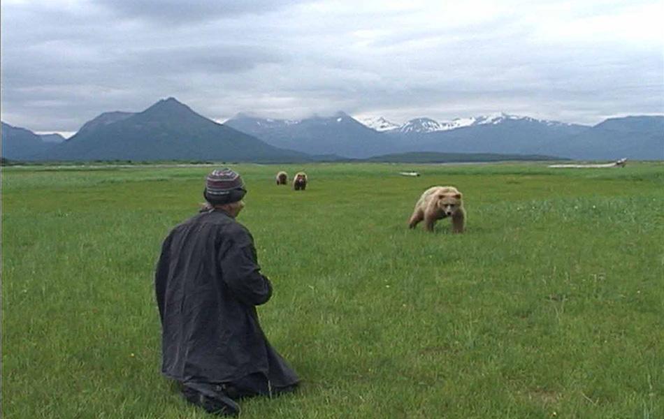 Человек гризли (2005) Жизнь и смерть Тимоти Тредвелла, энтузиаста, посвятившего жизнь изучению медведей гризли. Эта картина знаменитого Вернера Херцога настолько же красива, насколько и полна страданий.