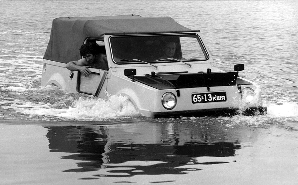 ВАЗ-Э2122 Своя амфибия, оказывается, была и у ВАЗа — ее тольяттинцы по заказу Минобороны СССР сконструировали в 1976 году на базе «Нивы». От других советских амфибий водоплавающая «Нива» отличалась, прежде всего тем, что как раз таки на амфибию она была почти не похожа. Однако этот оснащенный 1,6-литровым двигателем автомобиль мог передвигаться по воде со скоростью 5 километров в час. Правда, конвеера тольяттинская амфибия так и не увидела.