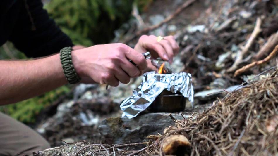 Клей, пока он еще горячий, можно смешать с другими материалами, например, с измельченным углем и яичной скорлупой или с древесными волокнами и песком. Эти добавки, во-первых, увеличивают объем соснового клея, а во-вторых, делают его еще прочнее. Чтобы склеить две поверхности, нагрейте их обе над огнем, а клей растопите на раскаленной поверхности. Наносить клей на поверхности нужно очень быстро. Склеенный участок, конечно, будет слегка хрупким, но все же будет держаться и отталкивать воду.