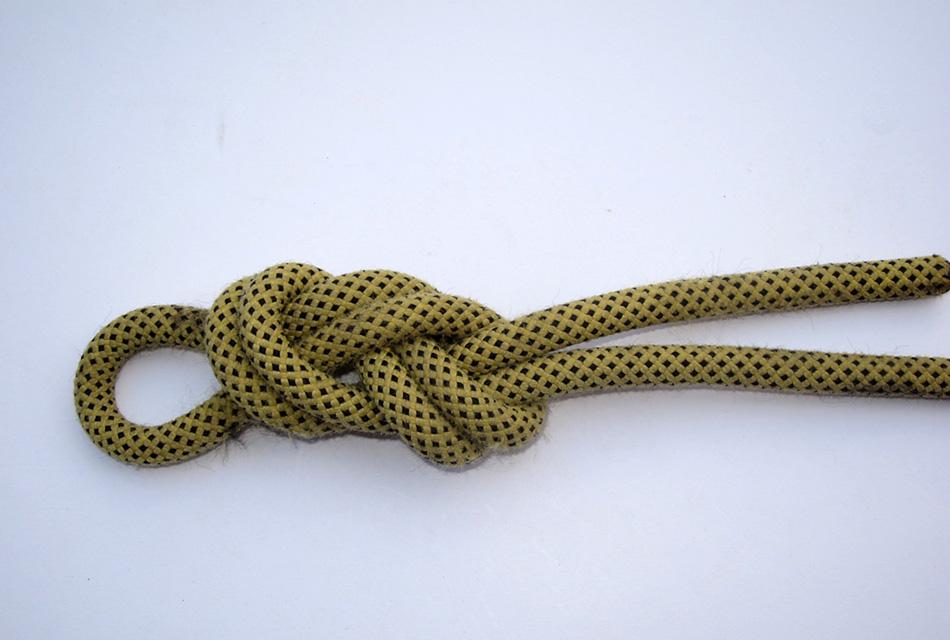 Фламандская петля Представляет собой прочную и легко развязываемую петлю на конце троса, будучи завязанной восьмеркой на сложенном вдвое тросе. Фламандская петля пригодна для вязки как на толстых, так и на тонких тросах. Она почти не ослабляет прочность троса. Кроме морских дел может применяться и для крепления струн музыкальных инструментов.