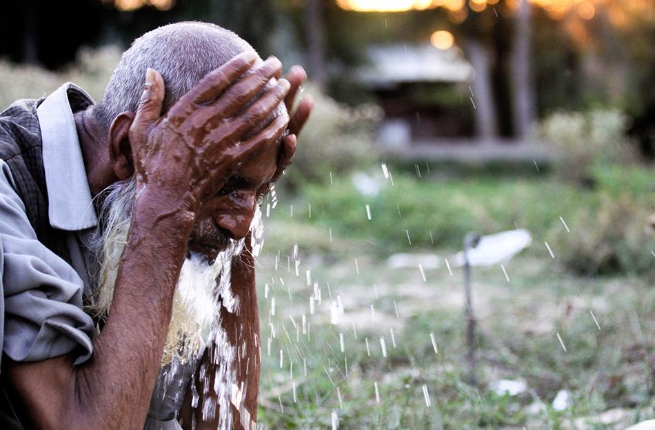 Айюб Хан совершает омовение перед тем, как оскоромиться (поесть скромную пищу во время поста) во время Рамадана (во время святого месяца Рамадан верующие мусульмане держат пост от заката до рассвета) в лагере в окрестностях Сринагара.