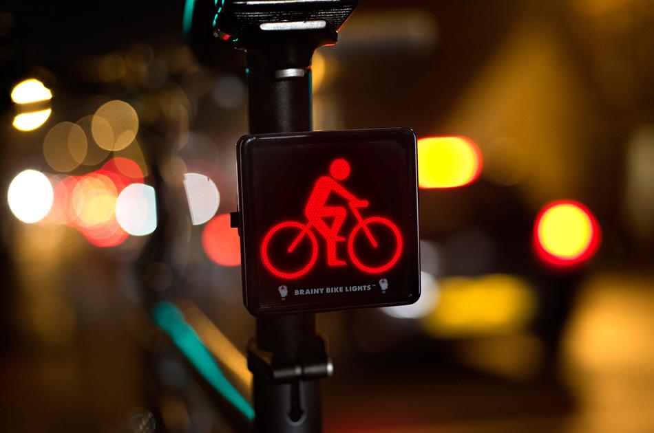 Свет Иметь хорошие осветительные приборы обязательно, ведь зимой темнеет рано, а машин на дорогах все еще много. Есть две группы приборов: те, что помогают видеть вас, и те, что помогают видеть вам. Не пожалейте денег на хороший свет. Передний фонарь должен заряжаться быстро и надолго, а световой поток должен быть не менее 200 люменов. Если вы ездите по городу с нормальным освещением, то слишком мощный фонарь будет избыточен и может ослеплять встречных велосипедистов и прохожих. Задний фонарь значительно проще и дешевле. Хорошо, если он будет мигающим, а еще лучше, если их будет несколько на случай поломки одного.