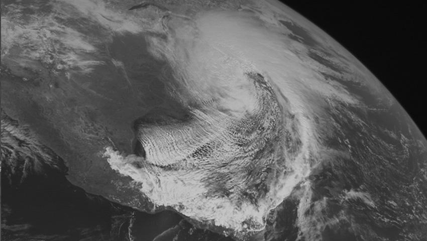 Район Катскильских гор и Апалач 1993 — 127 сантиметров снега Его окрестили «штормом века», потому что в марте 1993-го этот шторм завалил снегом самую большую территорию из всех, когда-либо известных. Снегопад был от восточной части Канады практически до Карибского побережья, охватив 26 штатов. В некоторых местах шторм сопровождался очень низкой температурой и унес 270 жизней. Даже в таком жарком штате как Флорида ощутили заметное похолодание. Если в равнинной местности выпадало порядка 100 сантиметров снега, то в горах его было еще больше.