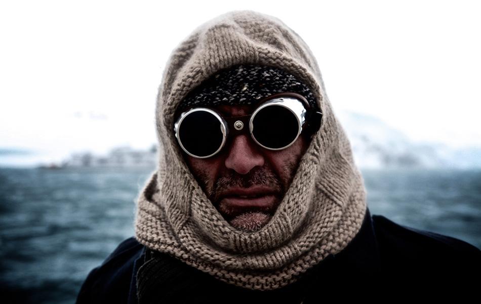 Ваши специальные очки могут запотеть, когда вам слишком жарко. Во-первых, стоит слегка остыть, чтобы лицо перестало потеть. Другая причина — теплый воздух изо рта и носа. В этом случае стоит брать очки с ремешком, чтобы периодически их можно было оставлять висеть на шее.