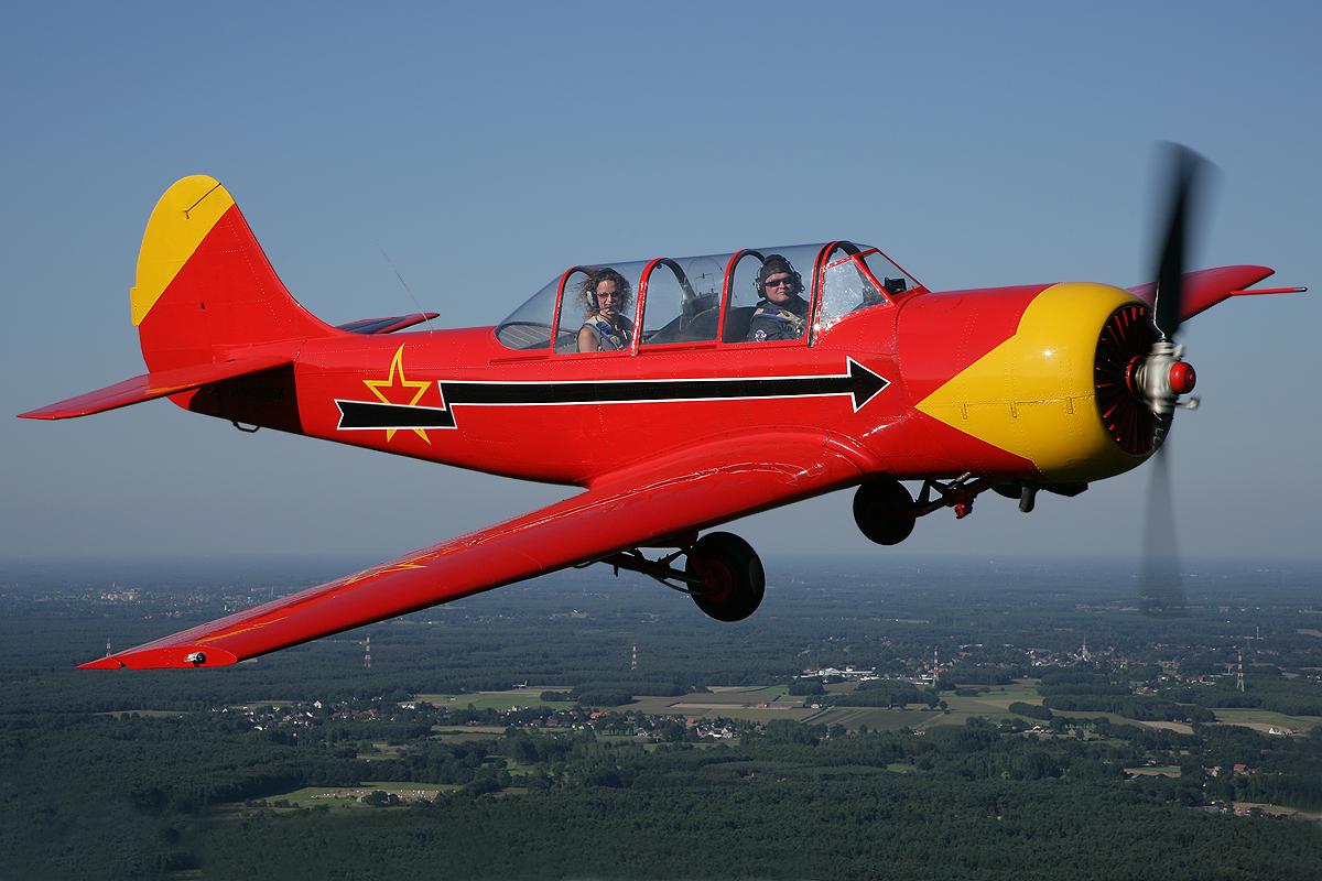 Полет на спортивном самолете Як-52, на высоте от 1200 метров со средней скоростью 300 км/час. Это перегрузки, во время которых тело кажется тяжелее в несколько раз. Это возможность самому попробовать управление самолетом. Описать все ощущения, которые переживает человек в кабине самолета, невозможно, но это можно испытать самому. Сайт:www.nebo-v-podarok.ru/