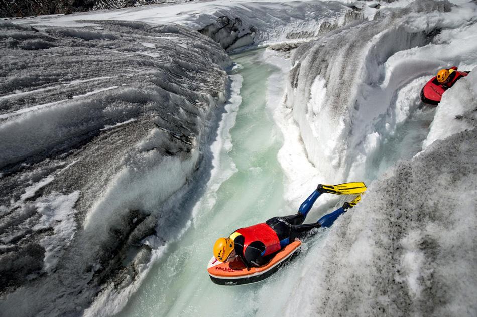 В горных реках потоку воды приходится преодолевать множество препятствий в виде камней или поваленных деревьев. Это создает особые гидравлические условия, которые для обычного плавца будут сильно непредсказуемыми — например, его может внезапно затянуть под воду. Но для экстремалов это, наоборот, открывает дополнительные возможности.