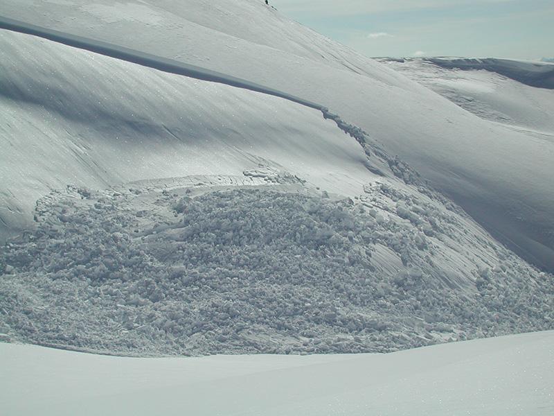 Правило №6 Иней на снежной поверхности представляет из себя тонкие кристаллы, появляющиеся из верхнего слоя снега холодными ночами. Несмотря на свою красоту, это явление может заметно ослаблять снежные слои, вызывая их движение.