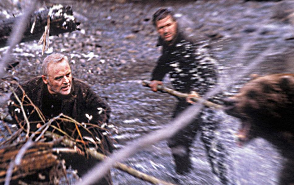 На грани (1997) Еще одна драма с участием медведя гризли, но на этот раз в компании Алека Болдуина и Энтони Хопкинса, сражающихся не только с ним, но и друг с другом.