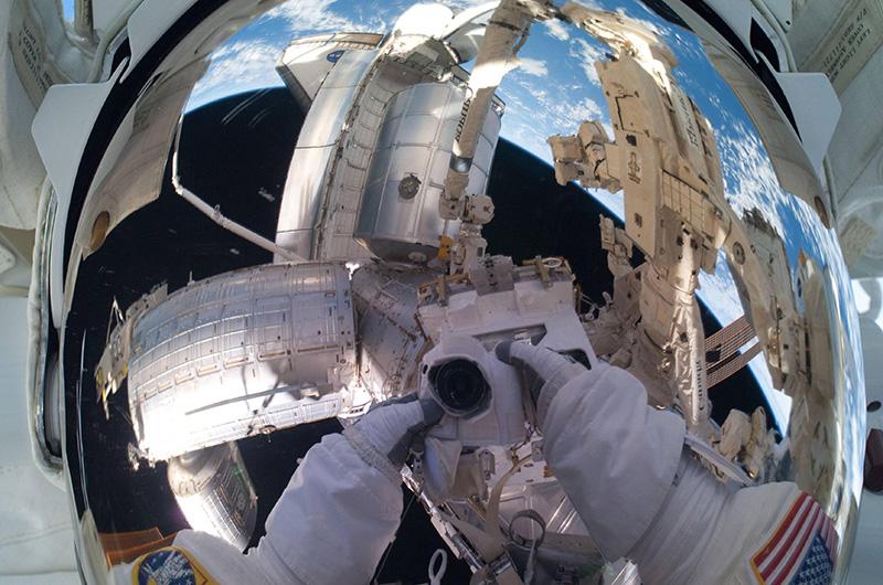 В ходе своего шести-с-половиной-часового выхода в открытый космос в рамках 28-й экспедиции на МКС 12 июля 2011 года Майк Фоссум сделал сэлфи на фоне космической станции. Это был не просто 160-й выход для сборки и обслуживания запущенной в 1998 году МКС, но и последняя миссия по начавшейся еще в 1981 году программе «Спейс Шаттл».