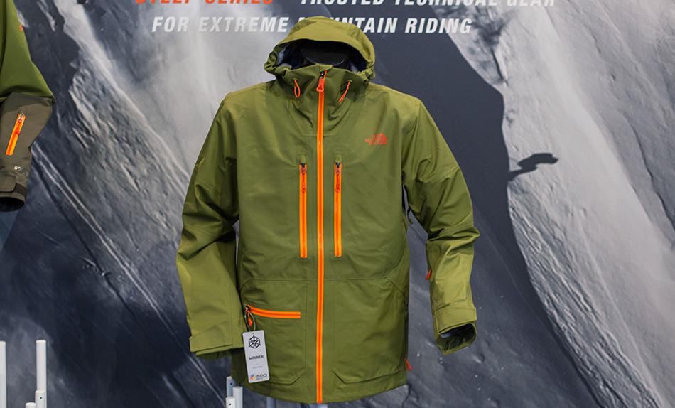Верхний слой призван защищать вас от снега и ветра. При выборе верхней одежды обращайте внимание на то, насколько она дышащая. Чаще всего в 100%-водоотталкивающей куртке вы будете истекать потом, который не сможет выходить наружу.