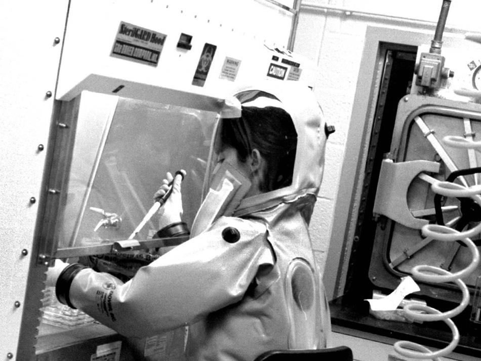 Бестселлер о вирусе В 1992 году Ричард Престон опубликовал в журнале «The New Yorker» статью под названием «Кризис в горячей зоне». Позже она переросла в книгу «Горячая зона». Из-за подробного описания всех ужасов, сопровождавших вирус, книга вызвала настоящий переполох.
