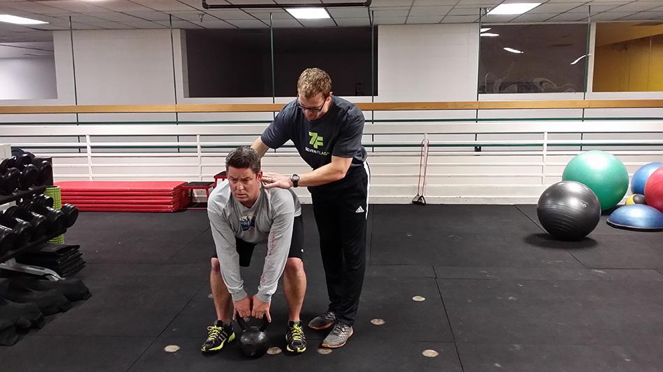 Становая тяга Силу в тазобедренной части составляет цепочка задних мышц от подколенных сухожилий через ягодицы до нижних мышц спины. Ничто не тренирует эти мышцы и не защищает вас от поясничных болей лучше, чем становая тяга. Лучше делать эти упражнения с гирями, потому что даже на самых легких из них ручки находятся на достаточном расстоянии от земли, чтобы вам не пришлось чересчур сильно наклоняться.