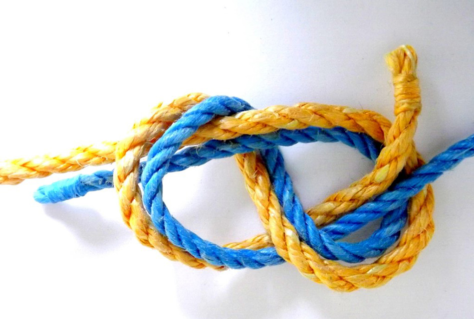 Фламандский узел Фактически это та же восьмерка, но завязанная двумя концами. Фламандский узел — один из древнейших морских узлов, применявшийся на кораблях для соединения двух тросов, как тонких, так и толстых. Даже будучи сильно затянутым, он не портит трос, и его сравнительно легко развязать.