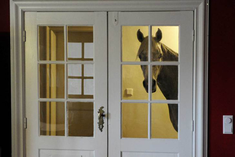 Однажды после сильного шторма Стефани Арндт из Германии завела свою лошадь по имени Насар в дом. С тех пор лошадь периодически заглядывает в гости. 10 февраля 2014.