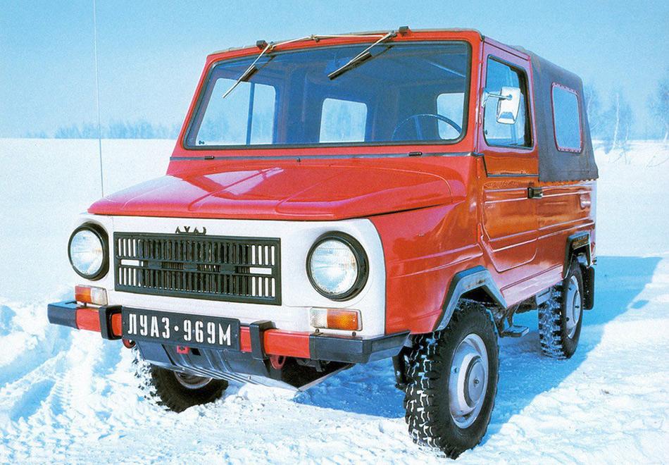 Тем не менее проблем у машины хватало. Моторот«Запорожца» одновременно и давал преимущества, будучи спереди, и был своего рода бичом из-за своей маломощности. Автомобиль пытались модернизировать сперва в 1975-м, когда на«Волыни» появился мотор в 40 лошадиных сил (модель стала называться ЛуАЗ-969А), а затем в 1979-м, когда на дверях появились (внимание!) замки, в салоне— сиденья от«Жигулей», снаружи кузов стал менее угловатым. Модель 969М стала выглядеть по-другому.