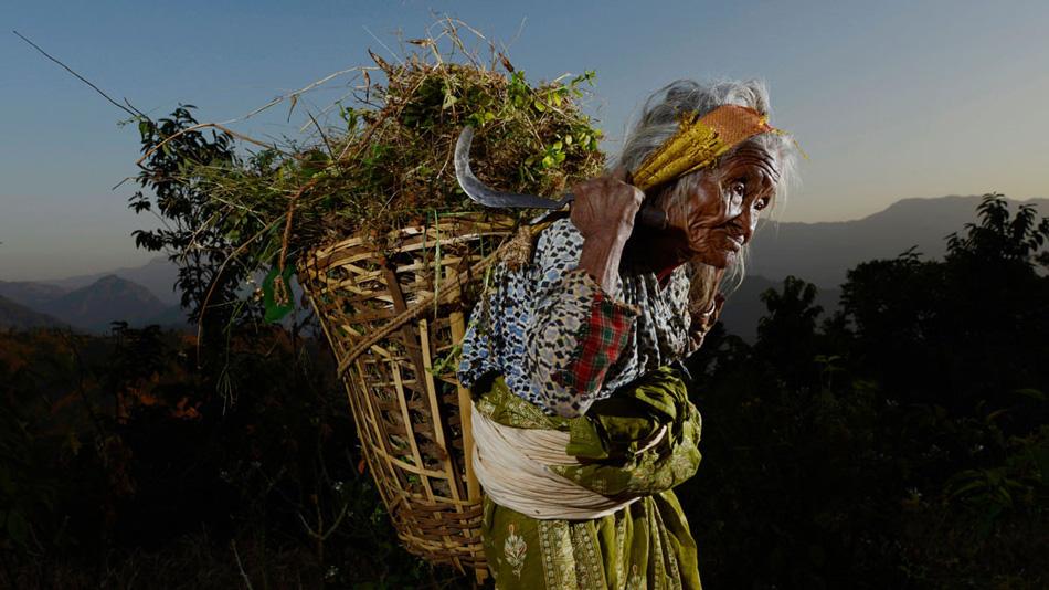 Мачете №65: Холеган, Непал Ванесса встретила Лу-Джи, идущую по обочине дороги. Этим ножом она вот уже 10 лет каждый день собирает корм для своих животных. Ее муж умер 47 лет назад и, не имея детей, она живет со своим двоюродным братом. Она сама не была уверена в своем возрасте, но ее семья сказала, что ей от 97 до 100 лет.
