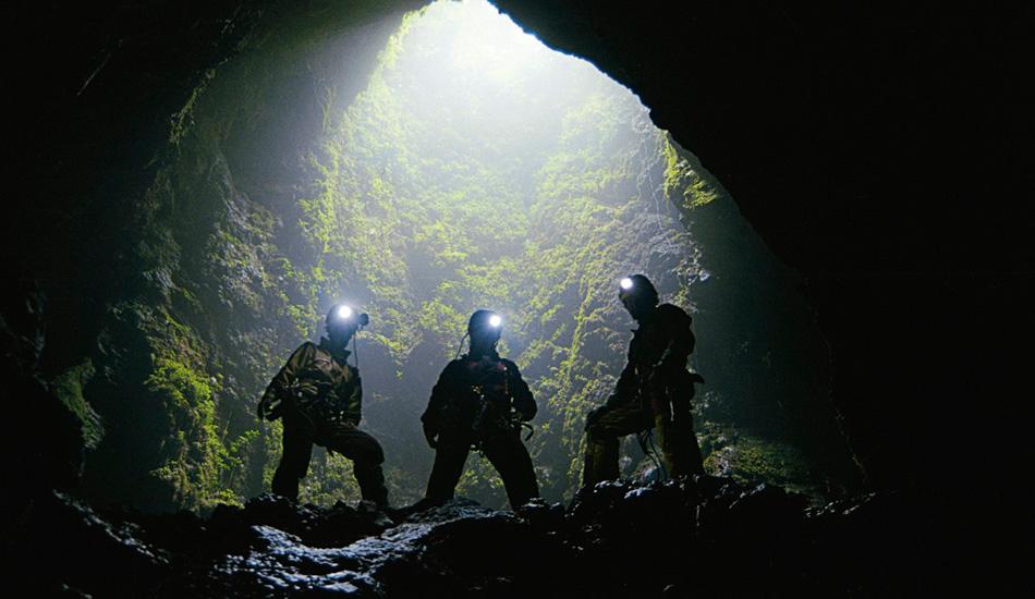Глубочайшее погружение в пещерную Систему Хуаутла Система Хуаулта в Мексике была открыта в 1965 году и считается глубочайшей пещерой в западном полушарии. В апреле спелеологи Билл Стил и Томми Шиффлетт провели выдающуюся экспедицию, опустившись на 1545 метров ниже уровня земли. Предыдущие попытки ограничивались максимальной глубиной всего в 78 метров. За 4 недели исследований команда Стила и Шиффлетта открыла шесть новых видов пещерных животных: трех тарантулов, двух так называемых сенокосцев и одного скорпиона.