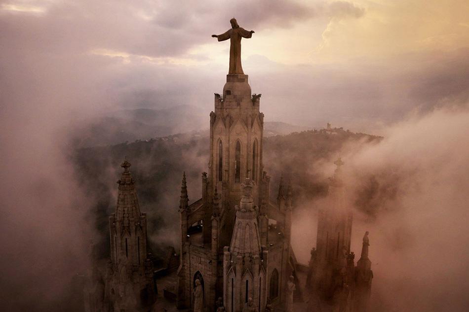Храм Святого Сердца в Барселоне в окружении облаков.